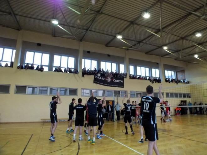 Siatkarzy z Oleszyc głośnym dopingiem wspomagali kibice.