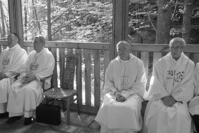 Ojciec Włodzimierz Łoziński (pierwszy z prawej) podczas   czerwcowego odpustu w Nowinach Horynieckich. Fot. franciszkanie.horyniec.net