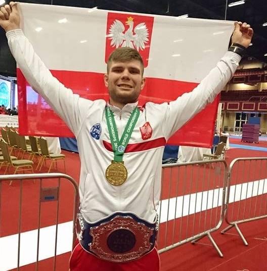 Fot. Mateusz Kubiszyn ze złoty medalem Mistrzostw Świata w kickboxingu.