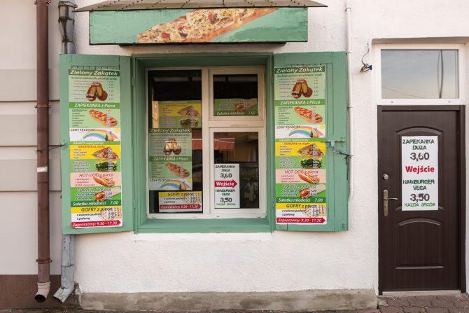"""Lokal gastronomiczny """"Zielony Zakątek: mieści się przy ul. Kościuszki w Lubaczowie."""